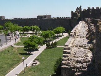 Městská zeď ve městě Diyarbakir